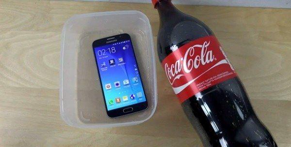 que-pasa-si-hundes-un-samsung-s6-en-coca-cola